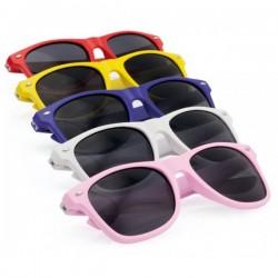 Gafas de sol con montura brillante.